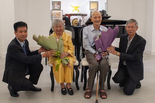Ban tổ chức triển lãm tặng hoa bà  và bạn thân cố họa sĩ Bùi Xuân Phái. Ảnh: Đạt Phan.