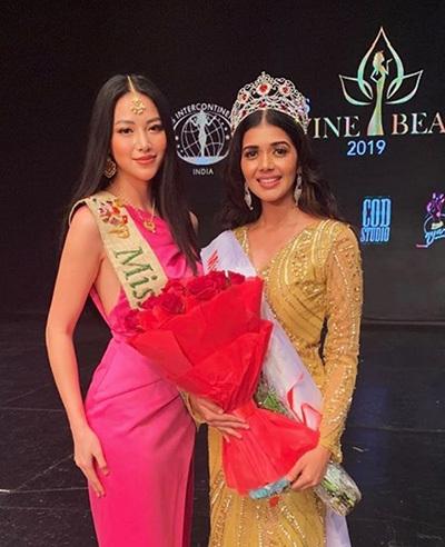 Tejaswini Manogna (phải) bên Phương Khánh- Hoa hậu Trái đất 2018. Người đẹp Việt Nam là giám khảo trong chung kết cuộc thi nhan sắc ở Ấn Độ, tối 31/8.