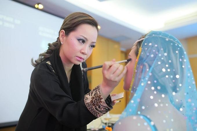 Chuyên gia Thanh Phan có 21 năm trong ngành trang điểm.