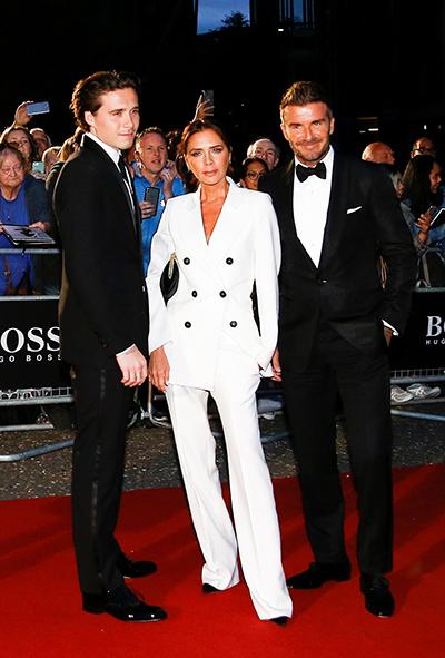 Victoria đi cùng chồng - danh thủ David Beckham và con trai Brooklyn. Trang GQ đánh giá cao về trang phục đơn sắc ăn ýcủa gia đình nhà Becks.