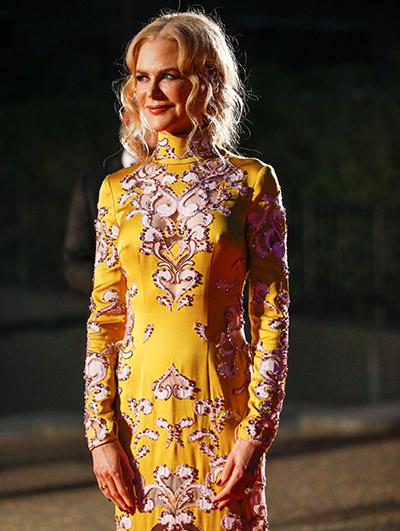 Nicole Kidman diện đầm suông với hoa văn cách điệu.