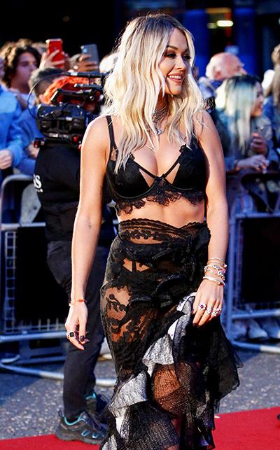 Ca sĩ Rita Ora diện trang phục cắt xẻ.