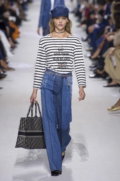 Túi Dior book tote ra mắt đầu tiên trên sàn diễn Xuân Hè 2018 do giám đốc sáng tạo Maria