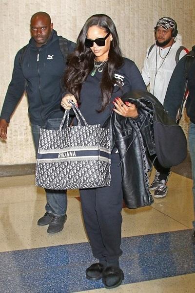 Ngay khi ra mắt, chiếc túi đã chinh phục nhiều tín đồ, trong đó có biểu tượng thời trang Rihanna.
