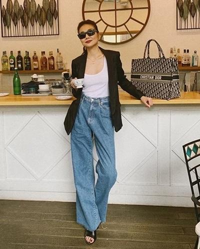 Tại Việt Nam, nhiều người đẹp Việt theo đuổi mốt túi này. Thanh Hằng từng đăng ảnh trên trang cá nhân, khoe phong cách với túi tote Dior.