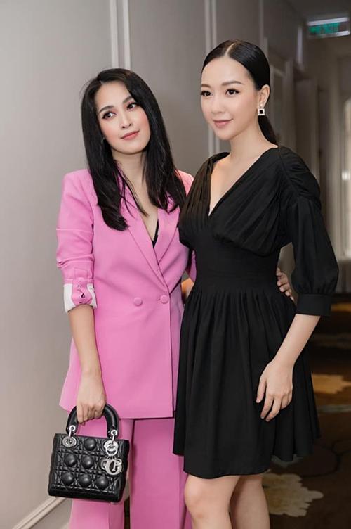 Ca sĩ Băng Di đăng hình ảnh chụp cùng diễn viên Tú Vi với status: Hai chị em đi họp báo cuộc thi Make-up transformation của Ngoisao.net tổ chức. Status và hình ảnh của cô nhận hơn 1.100 likes, 24 comments. Hầu hết fan đều khen ngợi vẻ ngoài đáng yêu, trẻ trung của hai người đẹp.