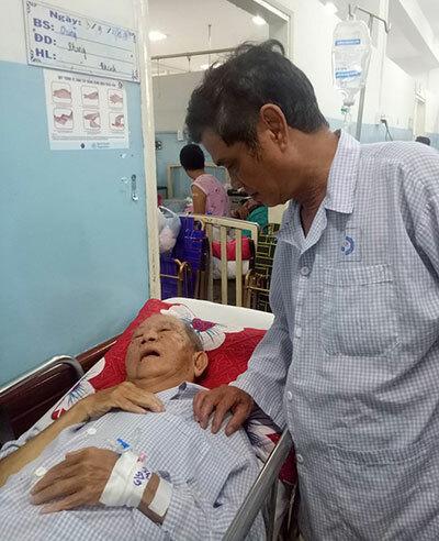 Diễn viên Mai Trần (phải) vào thăm nhà văn Mạc Can trong bệnh viện Gia Định TP HCM. Ảnh: MT.