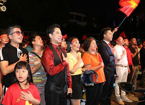Trước đó, Thanh Bạch và Ngọc Sơn cùng khán giảhát Quốc ca khi các cầu thủ ra sân bóng.