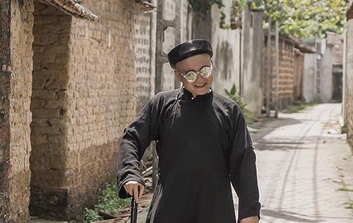 Nhà thiết kế Cao Minh Tiến trong một cảnh quay ở Đường Lâm.
