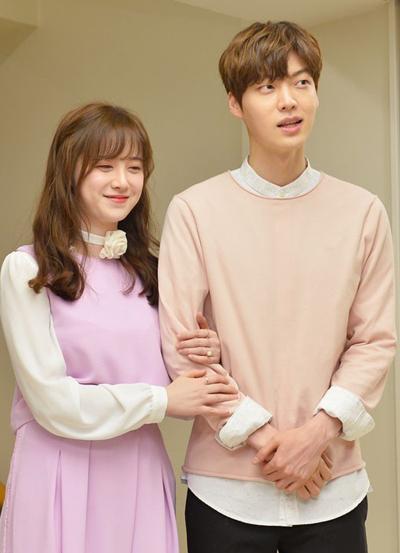 Hye Sun và bạn trai đăng ký kết hôn hồi tháng 5/2016. Hai diễn viên nhận được thiện cảm từ nhiều khán giả khi không tổ chức hôn lễ mà dùng số tiền đó