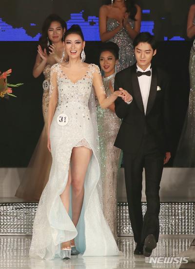 Lee Yeon-Joo trong phần trình diễn váy dạ hội. Cô thu hút khán giả ở chiều cao và nụ cười tươi.
