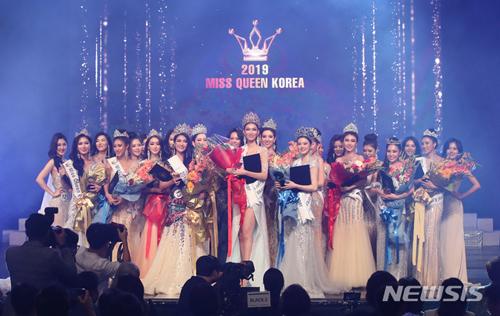 Chung kết Miss Queen Korea 2019 diễn ra ở Seoul, tối 5/9. Cuộc thi này trao ba danh hiệu gồm Miss World, Miss Universe Korea và Supranational Korea (từ trái sang).