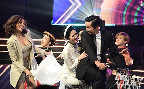 Diễn viên Thu Quỳnh, ThúyHà, NSND Trung Anh (từ trái sang) trong tiết mục Để Mị nói cho mà nghe.