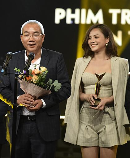 Đạo diễn Danh Dũng (trái), diễn viên Thu Quỳnh nhận giải Phim truyền hình ấn tượng chotác phẩm Về nhà đi con.