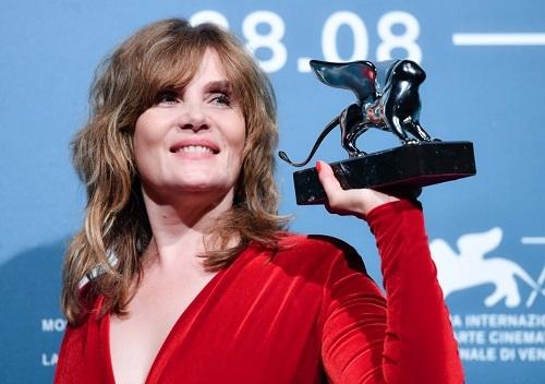 Emmanuelle Seigner nhận giải thay chồng ở LHP Venice. Ảnh: AFP.