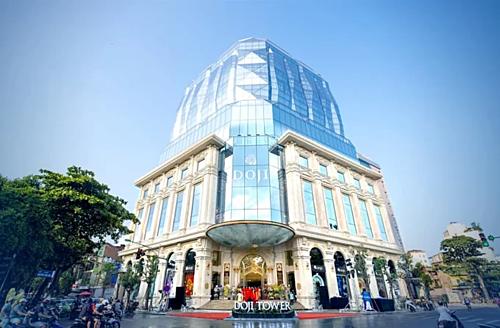 Sự kiện được tổ chức ngay tại sảnh chính tòa nhà DOJI Tower, trong khi ban ngày, tòa nhà hiện rõ như một viên kim cương khổng lồ, tạo hình bởi hàng ngàn tấm kính đặc biệt nằm vững chãi trên bệ đỡ là phần khối đề Tòa nhà hoàn toàn được ốp đá tự nhiên Cream Marphil...