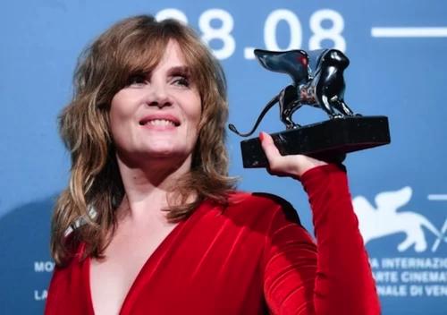 Vợ Roman Polanski thay mặt chồng nhận giải tại LHP Venice. Ảnh: AFP.