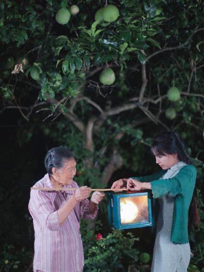 Tử Thất và bà nội làm đèn lồng đón Trung thu. Ảnh: Weibo.