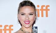 Scarlett Johansson mặc váy ánh kim
