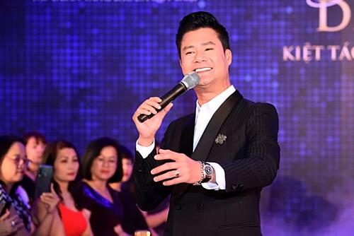 Trình diễn cùng các người mẫu, ca sĩ Quang Dũng đem tới những bản tình ca nổi tiếng dành tặng khán giả.