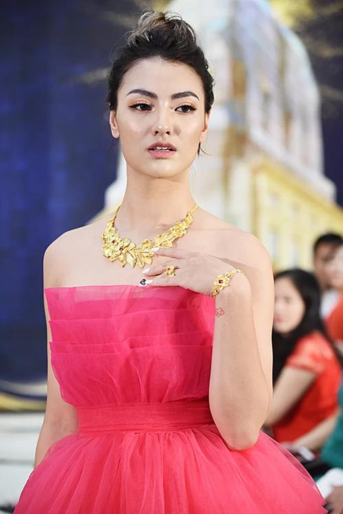 Trong đêm diễn, Hồng Quế xuất hiện với vai trò vedette ở cả ba bộ sưu tập mang tên The Glamour, Brilliant Style và Sunshine theo các phong cách khác nhau.