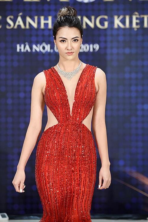 Người đẹp trình diễn mẫu thiết kế trang sức kim cương