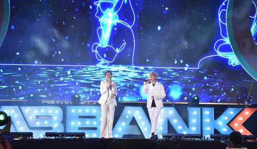 Ngoài giao lưu, cô con gái út của bố Sơn xoăn còn trổ tài ca hát trên sân khấu.