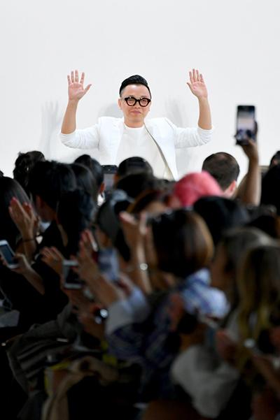 Nhà thiết kế Công Trí giữa tràng pháo tay của khán giả. Ảnh: AFP.