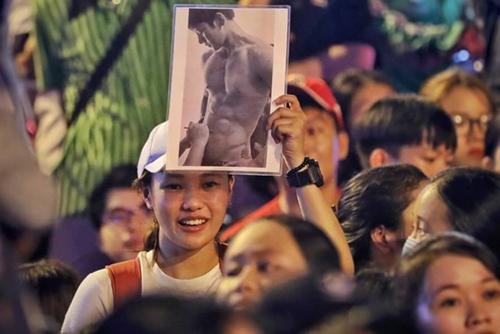Một fan mang theo ảnh thần tượng đến buổi giao lưu. Ảnh: Hữu Khoa.