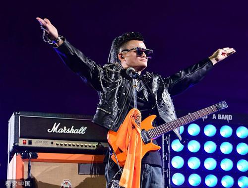 Jack Ma trong trang phục đậm chất Rock. Ảnh: Sina.