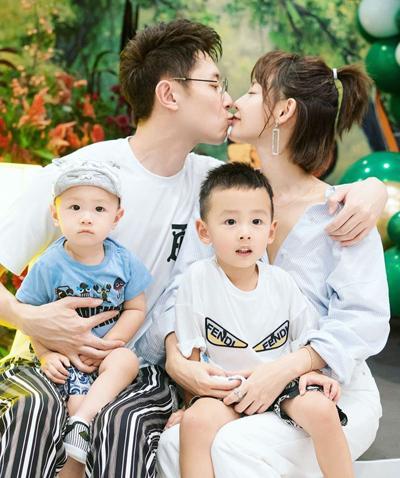 Vợ chồng Trương Gia Nghê và hai con trai. Ảnh: Sina.