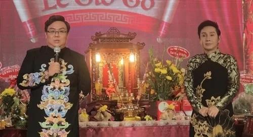 Vũ Luân (phải) và Gia Bảo bên lễ giỗ tổ.