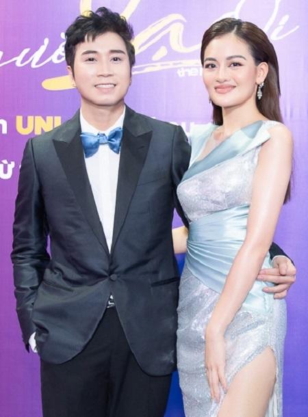 Karik (trái), Thùy Anh ở buổi ra mắt phim. Ảnh: Galaxy Cinema.