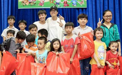 Ca sĩ Bùi Anh Tuấn cũngtrao200 phần quà cho thiếu nhi nhập cư có hoàn cảnh khó khăn, giúp các em có một mùa trung thu ấm áp tại quận 7, TP HCM.