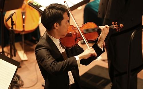 Nghệ sĩ Richard Lin - người đạt giải nhất cuộc thi Đàn vĩ cầm Quốc tế lần thứ 10 tại Indianapolis biểu diễn tại chương trình.