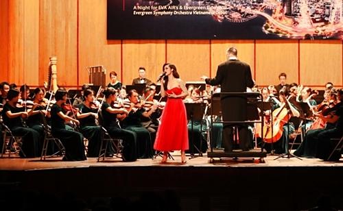 Việc kết hợp với dàn nhạc giao hưởng hoành tráng qua những ca khúc nhạc trẻ được khán giả chờ đợi. Nữ ca sĩ cũng bày tỏ sự phấn khích khi lần đầu tiên được diễn chung với dàn nhạc giao hưởng hoành tráng đến vậy.