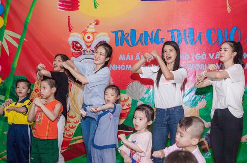Các người đẹp bước ra từ cuộc thi Miss World Việt Nam 2019 đến mái ấm Kỳ Quang (Q.Gò Vấp, TP.HCM) để tổ chức hoạt động Trung thu ấm áp cho gần 250 trẻ em mồ côi và khuyết tật đang được cưu mang tại đây. Các em nhỏ tại mái ấm gồm nhiều độ tuổi, có bé sơ sinh mới được vài ngày, trẻ mầm non, tiểu học, trung học và các em khuyết tật, đang