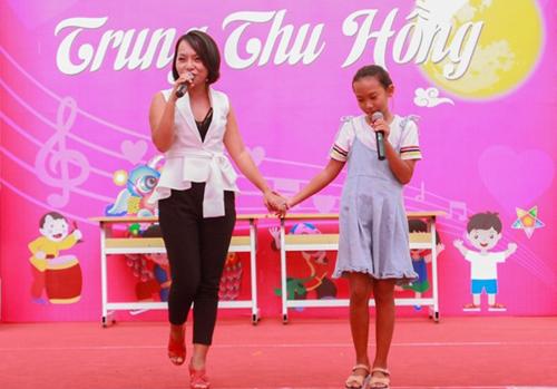 Ca sĩ Thái Thùy Linh và con gái vui trung thu cùng 400 trẻ em mắc chứng tự kỷ và khuyết tật tại Hà Nội trong chương trình Trung thu hồng. Tôi nhận được lời đề nghị từ một giáo viên đang dạy tại Trung tâm Hỗ trợ và Phát triển Giáo dục Hòa nhập với mong muốn tổ chức Tết trung thu cho các em nhỏ thiệt thòi đang được nuôi dạy tại trường. Tôi và các bạn tình nguyệnthưc hiện chương trình này, góp một phần nhỏ bé sức lực của mìnhđem đến nụ cười cho các em, ca sĩ nói.