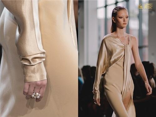 Những mẫu ngọc trai đơn giản nhưng tinh tế thuộc phiên bản luxury của Long Beach Pearl. Chiếc nhẫn đính kèm biểu tượng thương hiệu cũng góp phần giúp các thiết kế tỏa sáng.
