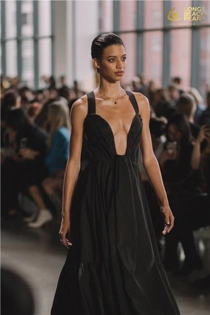 Sự kết hợp giữa thời trang Xuân Hè 2020 cùng các món trang sức ngọc trai mang đến sức hút cho người mẫu.