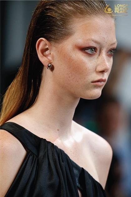 Thương hiệu trang sức ngọc trai Long Beach Pearl ghi dấu ấn với nhiều quan khách khi được dàn mẫu quốc tế lăng xê tại New York Fashion Week hôm 9/9. Những mẫu ngọc trai đa dạng tôn lên nét tinh tế và sang trọng cùng 60 thiết kế trong BST Đi nhặt hạt sương nghiêng của NTK Công Trí.