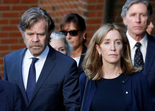 Felicity Huffman cùng chồng (trái) tới phiên xét xử tại tòa án Boston. Ảnh: Reuters.