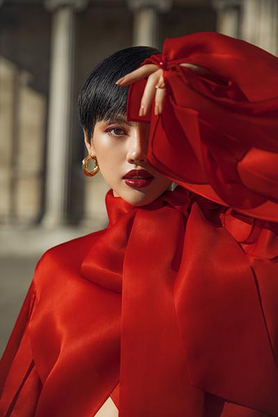 Khánh Linh thể hiện một mẫu thiết kế sẽ ra mắt ở London Fashion Week.