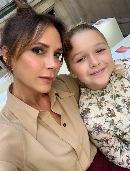Victoria Beckham chụp ảnh cùng con gái Harper trước show diễn. Ảnh: Instagram.