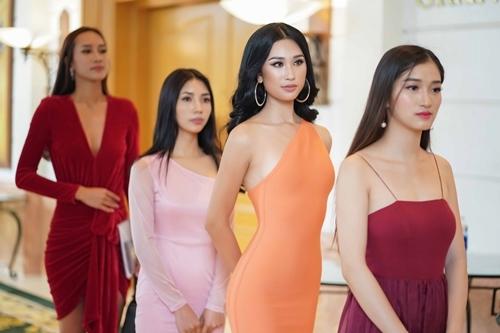 Phạm Anh Thư (thứ hai từ phải qua), thí sinh từng được kỳ vọng của Miss World Vietnam.