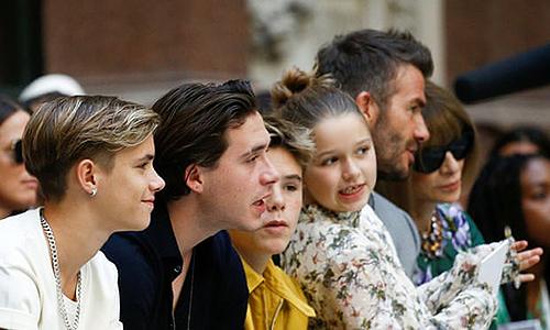 Trên hàng ghế đầu, David Beckham cùng các con gồm Romeo, Brooklyn, Cruz, Harper đến ủng hộ Vic. Ảnh: reuters.