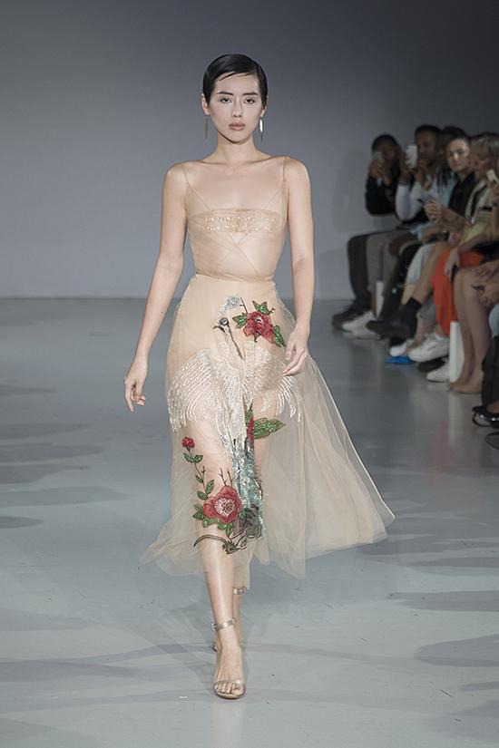 Váy hở cơ thể của Trần Hùng trên sàn diễn London