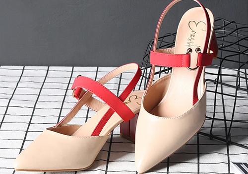Giày cao gót kitten heel EH001 (NU) thương hiệu Erosska đế vuông cao 5cm phối dây quai hậu đỏ thời trang, thiết kế trẻ trung, dễ dàng phối trang phục. Giá giảm còn 125.000 đồng (giá gốc 225.000 đồng).
