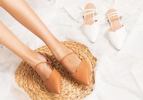 Nếu như màu đen là màu sắc truyền thống nên có của những đôi giày mũi nhọn, thì màu be lại là màu mang đến vẻ thanh lịch, nền nã và giúp các nàng kéo dài chân một cách tốt nhất. Giày kitten heel EL004 (NU) Erosska mũi nhọn, đế 2cm dây quai mảnh thời trang màu kem hay nâu nhạt sẽ là lựa chọn thích hợp cho bạn gái mùa thu này. Sản phẩm còn có màu đen và trắng. Giá 298.000 đồng giảm còn 220.000 đồng.