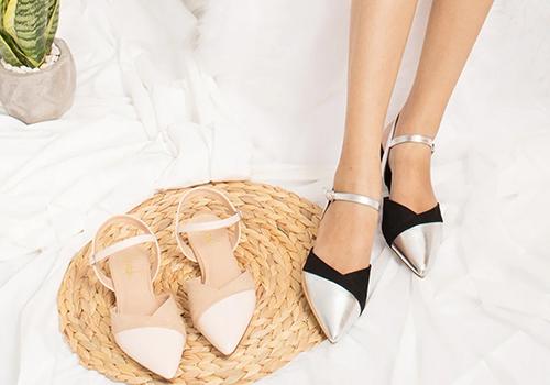 Giày mũi nhọn kitten heel - EL006 (BA) từ thương hiệu Erosska với phần mũi cách điệu hai màu, đem đến vẻ khác lạ, giá gốc 350.000 đồng, giảm còn 220.000 đồng. Erosska là thương hiệu thời trang trẻ uy tín, với những sản phẩm chất lượng và giá thành tốt nhất, mang đến phong cách sang trọng, quyến rũ cho các cô nàng công sở tự tin thả dáng.